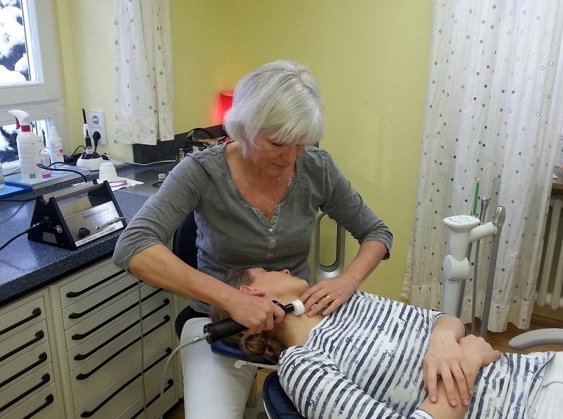 Sanfte Behandlung der verspannten Halsmuskulatur