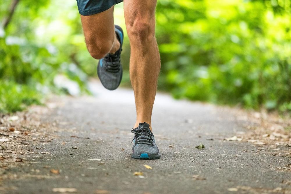 Knie und Füße von einem Läufer