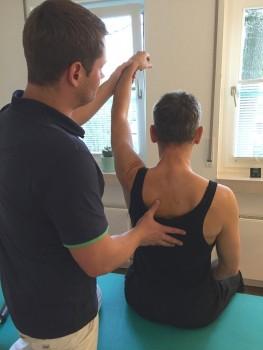 Günter Naujoks freut sich über eine Beweglichkeit seiner Schulter von 97 Prozent – nach nur 5 Behandlungen bei Thomas Karrenbrock