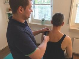 Der Matrix Health Partner Thomas Karrenbrock behandelt die Schulter von Günter Naujoks am 19.11.2015 zum ersten Mal.